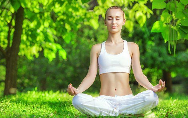 yoga-yapan-kadin
